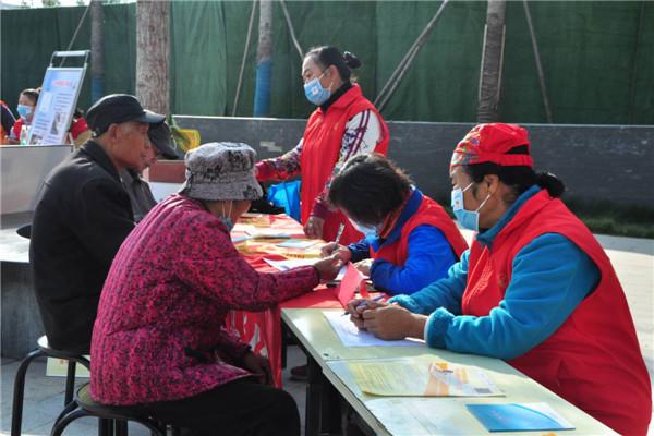 河南开封【黄手环行动】志愿者亲切的回答、解决居民遇到的有关黄手环内容,听老人讲他/她有关黄手环的故