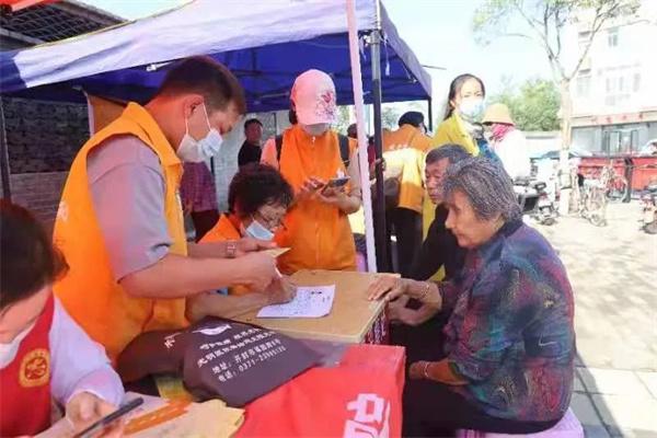 开封【黄手环行动】普及宣传阿尔茨海默症知识,关爱帮助阿尔茨海默症老人